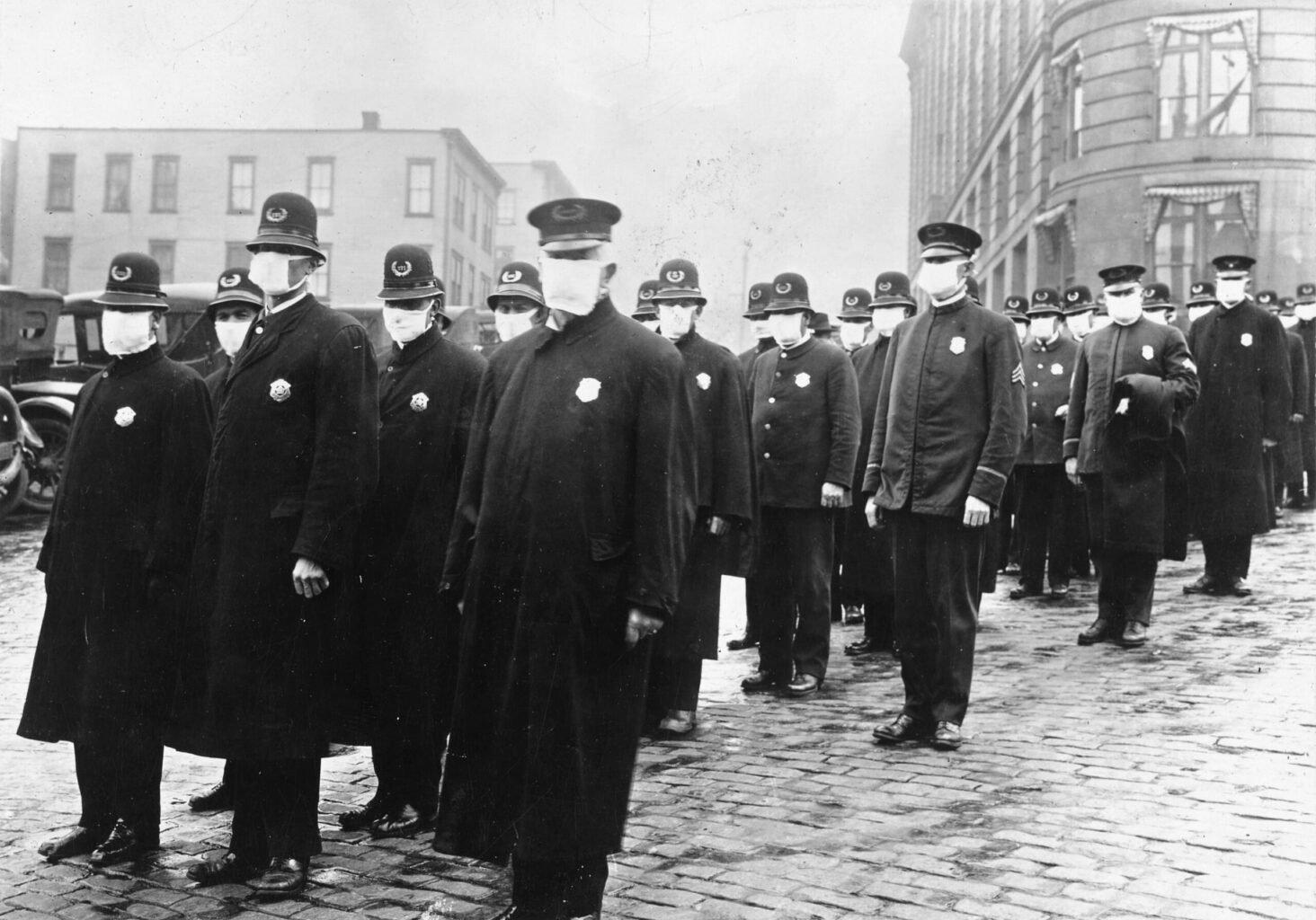 Polizisten mit einfachen Mund-Nase.Masken während der spanischen Grippe 1918
