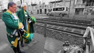 Armin Laschet und Oberbürgermeisterin in Karnevalsuniform der Ehrengarde am Ort der Ermordung eines Polizisten